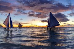 Puesta del sol hermosa en la playa del blanco de Boracay Fotografía de archivo libre de regalías
