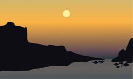 Puesta del sol hermosa en la playa con las rocas Imagen de archivo