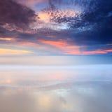 Puesta del sol hermosa en la playa con los rayos de la luz Imagen de archivo libre de regalías