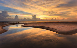 Puesta del sol hermosa en la playa de Karon en Phuket Foto de archivo libre de regalías