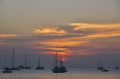 Puesta del sol hermosa en la playa de Nai Harn, Phuket fotos de archivo libres de regalías