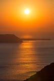 Puesta del sol hermosa en la playa de Santorini en Grecia Imagen de archivo