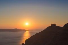Puesta del sol hermosa en la playa de Santorini en Grecia Fotos de archivo