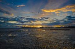 Puesta del sol hermosa en la playa del Ao Nang Fotos de archivo libres de regalías