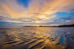 Puesta del sol hermosa en la playa del Ao Nang Fotos de archivo