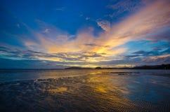 Puesta del sol hermosa en la playa del Ao Nang Imágenes de archivo libres de regalías