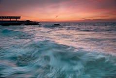 Puesta del sol hermosa en la playa del mar Imagenes de archivo