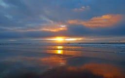 Puesta del sol hermosa en la playa en el westcoast en Portugal Foto de archivo