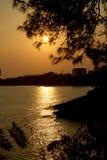 Puesta del sol hermosa en la playa encima de una montaña Fotos de archivo