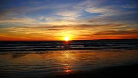 Puesta del sol hermosa en la playa (4K) metrajes