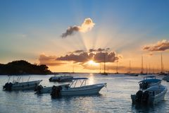 Puesta del sol hermosa en la playa, los barcos, las naves y los yates del mar en fondo del agua fotografía de archivo
