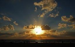 Puesta del sol hermosa en la playa del mar Mediterráneo Foto de archivo