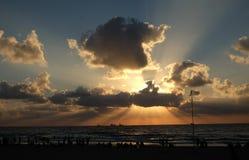 Puesta del sol hermosa en la playa del mar Mediterráneo Imagen de archivo
