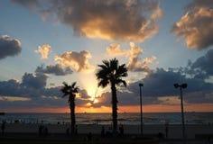 Puesta del sol hermosa en la playa del mar Mediterráneo Fotos de archivo libres de regalías