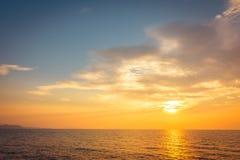 Puesta del sol hermosa en la playa y el mar Imagen de archivo libre de regalías