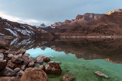 Puesta del sol hermosa en la reflexión de un lago de la montaña imagenes de archivo
