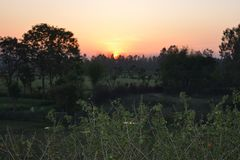 Puesta del sol hermosa en la tarde Imagenes de archivo