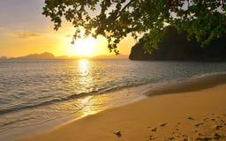 Puesta del sol hermosa en las islas salvajes del fondo de la playa con la determinación de s fotografía de archivo libre de regalías