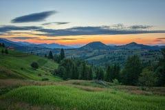 Puesta del sol hermosa en las montañas cárpatas Imagen de archivo