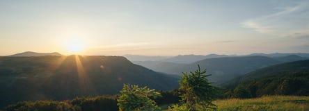 Puesta del sol hermosa en las montañas de Montenegro, el pueblo de Imagen de archivo libre de regalías