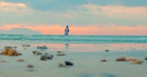 Puesta del sol hermosa en las zonas tropicales en el fondo de un pescador Who Fishes en el giro en el oc?ano Pesca del pescador metrajes