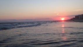 Puesta del sol hermosa en Long Beach en Long Island, Nueva York almacen de metraje de vídeo