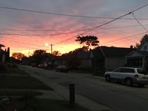 Puesta del sol hermosa en los colores hermosos de la noche rojos y amarillos y anaranjados foto de archivo
