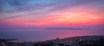 Puesta del sol hermosa en Makarska, Croacia imagen de archivo