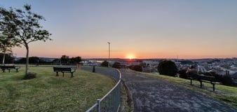 Puesta del sol hermosa en mi ciudad foto de archivo