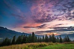 Puesta del sol hermosa en Mountain View de Tatra de Zakopane Foto de archivo