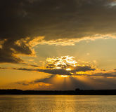 Puesta del sol hermosa en nubes fotografía de archivo libre de regalías