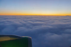 Puesta del sol hermosa en nubes grandes Imagen de archivo libre de regalías