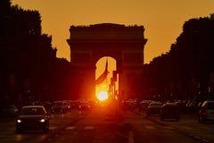 Puesta del sol hermosa en París en la calle de Champs-Elysees con el arco triunfal Imágenes de archivo libres de regalías