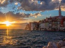 Puesta del sol hermosa en Rovinj, Croacia Foto de archivo libre de regalías