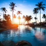 Puesta del sol hermosa en un complejo playero en las zonas tropicales Viajes Foto de archivo