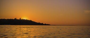 Puesta del sol hermosa en un lago Fotos de archivo libres de regalías