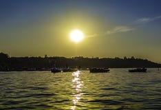 Puesta del sol hermosa en un lago Foto de archivo libre de regalías