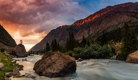 Puesta del sol hermosa en una garganta de la montaña El emigrar en las montañas Imagen de archivo libre de regalías