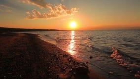 Puesta del sol hermosa en una playa arenosa tropical metrajes