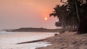 Puesta del sol hermosa en una playa del paraíso almacen de video