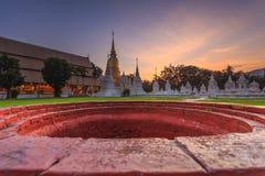 Puesta del sol hermosa en Wat Suan Dok Templo budista (Wat) en Chian fotografía de archivo