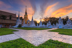 Puesta del sol hermosa en Wat Suan Dok Templo budista Wat en Chiang Mai imagenes de archivo