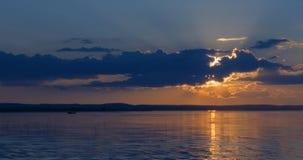 Puesta del sol hermosa encima de un lago fotos de archivo