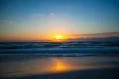 Puesta del sol hermosa imponente en una playa exótica adentro Imagen de archivo
