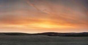 Puesta del sol hermosa imponente sobre paisaje de la granja con coors vibrantes imagen de archivo