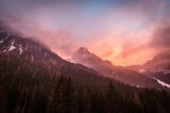 Puesta del sol hermosa del invierno en Val di Fassa, dolomías, Italia imagen de archivo libre de regalías