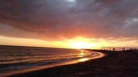 Puesta del sol hermosa del lapso de tiempo en la costa romana en Ostia Lido, la vista del embarcadero y de las siluetas de la gen almacen de metraje de vídeo