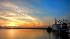 Puesta del sol hermosa del mar en el puerto foto de archivo libre de regalías