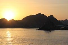 Puesta del sol hermosa - Muscat, Omán fotografía de archivo libre de regalías