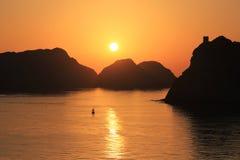 Puesta del sol hermosa - Muscat, Omán foto de archivo